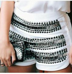 Short bordado e apliques Shorts Bordado, Fashion Details, Diy Fashion, Classy Outfits, Cool Outfits, Diy Clothes, Clothes For Women, Embellished Jeans, Embroidery Fashion