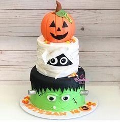 Gateau Theme Halloween, Halloween Smash Cake, Halloween Theme Birthday, Spooky Halloween Cakes, Halloween 1st Birthdays, Halloween Food For Party, Halloween Cupcakes, Halloween Kids, Halloween Themes