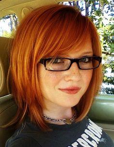 női frizurák félhosszú hajból - lépcsőzetes félhosszú női haj
