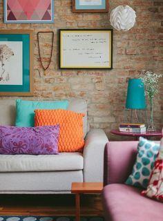 Turquesa, laranja e roxo, combinação vibrante.