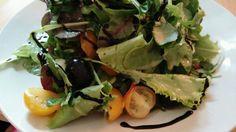 Wildblumen | Lollo-Rosso | Rauke | Rucula | Junger Spinat | Löwenzahn | gelbe Tomaten | schwarze Oliven | Kräuter-Senf-Honig-Vinaigrette | Balsamicocreme