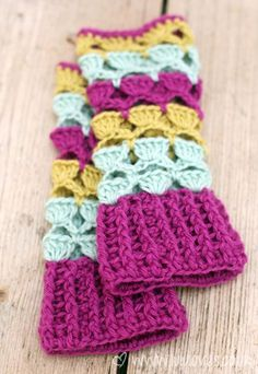 Love these crochet wrist warmers! Get the pattern!