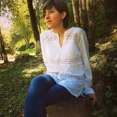 Blusa Lorenza algodón con motivos de piquitos bordada a mano por mujeres indígenas de San Juan Chamula, Chiapas.