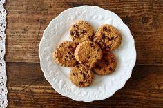 Είναι ένα νόστιμο και δυναμωτικό σνακ για πιτσιρίκια και όχι μόνο που γίνονται πανεύκολα με νιφάδες βρώμης, καστανή ζάχαρη, τριμμένη σοκολάτα και ξύσμα πορτοκαλιού για άρωμα. Biscuits, Piece Of Cakes, Scones, Diet Recipes, Sweet Tooth, Muffins, Food And Drink, Cookies, Baking