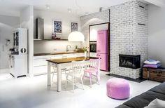 Przytulna i niezwykle klimatyczna kuchnia połączona z salonem. Przełamanie bieli delikatnymi, różowymi akcentami, nadało temu wnętrzu dużo ciepła i energii. Lubicie takie nieco niestandardowe połączenia kolorystyczne?