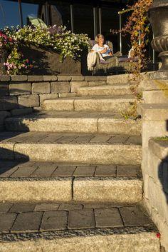 Detaljbilde av Rådhus Støttemur og Rådhus belegningsstein i trapp ned til gressplen. Bli inspirert! :)