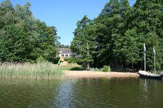 Der See direkt beim Hotel mit Strand und Spielplatz im Hintergrund. Alle Infos zum Familotel Borchard's Rookhus gibt es hier: http://kinderhotel.info/kinderhotel/familotel-borchard-s-rookhus