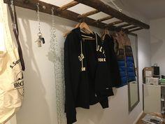 Garderobe aus alter Holzleiter Flur Design, Small Office, Moving Out, Wardrobe Rack, Diys, Alter, House Styles, Home Decor, Future