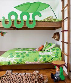 Ian, o caçula de Marcelo Rosenbaum, tem um quarto selvagem, todo inspirado em leões. Na parede atrás da cabeceira da cama tem uma cabeça do bicho feita de pelúcia. Na parte de cima do beliche a cobra completa o clima