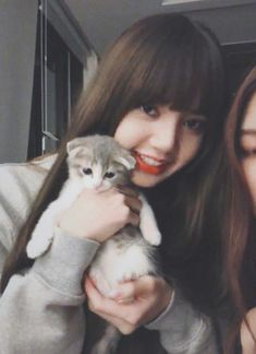 Lisa with her cat Leo! Kpop Girl Groups, Korean Girl Groups, Kpop Girls, Lisa Black Pink, Black Pink Kpop, Blackpink Members, Lisa Blackpink Wallpaper, Kim Jisoo, Arte Disney