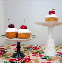 DIY Cake Stand= plate, candlestick, and epoxy Decoracion Low Cost, Diy Outdoor Weddings, Cake And Cupcake Stand, Bird Cakes, Alice In Wonderland Birthday, Pinterest Projects, Pinterest Diy, Tea Party Birthday, Vintage Plates