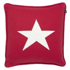 GANT One Star Knit Cushion in 100% cotton, featuring our classic five-point star, unique two-colored piping, back zip closure, and a woven GANT tag.