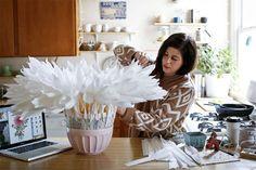 Американская художница Tiffanie Turner создает гигантские цветы из бумаги! Каждый ее цветок — это композиция размером порядка 2 метров, на которую уходит тысячи листов бумаги и около 400 часов ручного труда! Тиффани живет со своей семьей в Сан-Франциско и создает свои работы прямо на кухне! Созданием таких цветов Тиффани занимается не только ради творчества, но и для науки.