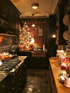 holiday kitchen...looks so warm and inviting! Would love to be cooking up some holiday fun in here!
