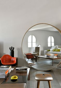 Un grand miroir XXL pour agrandir le salon - Expolore the best and the special ideas about Home interior design Home Interior, Interior Architecture, Interior Decorating, Modern Interior, Decor Scandinavian, Round Mirrors, Wall Mirrors, Mirror Mirror, Giant Mirror