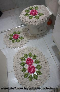 Jogo de banheiro feito com barbante de otima qualidade. Crochet Home Decor, Diy Crochet, Crochet Flower Patterns, Crochet Flowers, Crochet Skirts, Crochet Videos, Hanging Ornaments, Bathroom Rugs, Paper Flowers