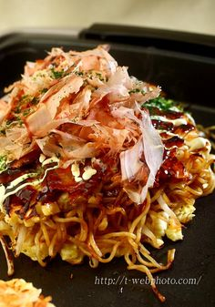 Great Japanese cooking site (in Japanese) with step-by-step photos. Japanese Modan Yaki - Okonomiyaki with Soba Noodles モダン焼き
