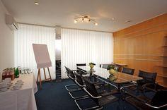 Zasedací místnost připravené k jednání či školení.