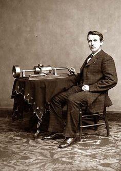 Esta es una foto de Thomas Edison en su juventud. Él se muestra con su dispositivo de grabación. Fue en este día, 21 de noviembre, en el año 1877 que Thomas Edison anunció la invención del fonógrafo.