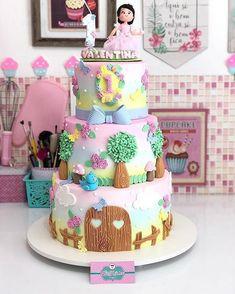 Esse bolo ficou lindo no tema Jardim Encantado! Credito: @daisy_gomes_ #Festainfantil #CutomCake #BoloPersonalizado #BoloJardimEncantado #FestaJardimEncantado #JardimEncantado #Jardim #Encantado #FestaMenina Barbie Birthday Cake, Baby Birthday Cakes, Birthday Cake Toppers, Pretty Cakes, Cute Cakes, Baby Shower Cake Designs, Baby Girl Cakes, Fake Cake, Colorful Cakes