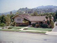 A California house ( above in 1972) made famous from being featured on the… The Brady Bunch, Second Empire, Home Tv, Level Homes, California Homes, Types Of Houses, House Layouts, Real Estate, Mansions
