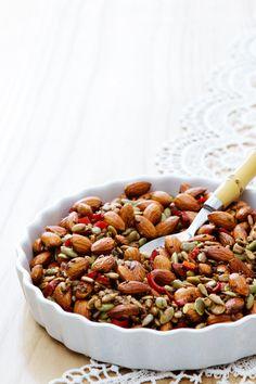 Kryddig mandel- och fröblandning med fin hetta och underton av fänkål eller spiskummin. Gott som snacks och som topping i sallader och soppor. Garanterat utan tillsatser.