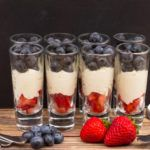 Dessertglazen gevuld met mascarpone, blauwe bessen en aardbeien!