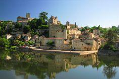 . Situé dans la région Midi-Pyrénées, Puy-l'Evèque possède de nombreux bâtiments construits au Moyen-Age qui lui confèrent un charme tout particulier. Il faut notamment y visiter son donjon du XIIIe siècle, son ancien presbytère, l'église Saint-Sauveur et le château de Lychairie.