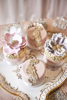 amazing cakes Mini wedding cakes are the most adorable desserts in any bake shop. The designer who can create such a beautiful cake design on such a small landscape gets major cool point Beautiful Cupcakes, Gorgeous Cakes, Pretty Cakes, Amazing Cakes, Elegant Cupcakes, Individual Wedding Cakes, Mini Wedding Cakes, Wedding Cupcakes, Individual Cakes