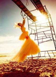 Fotógrafo de moda, realizo campañas y editoriales para Vogue, Elle, Vanity entre otras. utiliza como recurso el vuelo y el movimiento en sus imágenes, mezclado con la alta costura. Copyright © 2013 (Kristian Schuller). Todos los derechos reservados