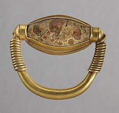 New Kingdom - Ring swinging kitten in the name of the god Thoth - gold and stone. | Louvre Museum