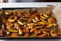 cartofi noi la cuptor cu rozmarin si cimbru reteta de cartofi noi la cuptor aurii cu cimbru si rozmarin