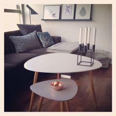 Pssst… Måtte lige vise jer mine nye sofaborde fra Søstrene Grene – Ja, nemlig dem jeg omtalte tidligere i dag på bloggen, som er en del af deres nye forårs boligkollektion :) Jeg har købt et stort i hvidt og et lille i gråt. Bordet fås også i mellem størrelse og i flere forskellige farver. …