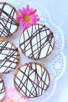 Es gibt einen Kuchen, der sich durch nahezu jede Kindheit zieht: Amerikaner. Das sind diese kleinen, runden Küchlein, die so wunderbar saftig sind und mit unterschiedlichen Glasuren überzogen sind.…