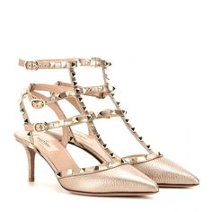 Valentino Rockstud Metallic Leather Kitten-Heel Pumps (€850) ❤ liked on Polyvore featuring shoes, pumps, metallic, real leather shoes, nude kitten heel shoes, genuine leather shoes, metallic shoes y leather shoes