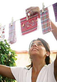 Troque as bandeirolas por um varal de sisal com retalhos de tecidos. As tiras são presas com simples pregadores de madeira