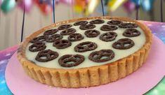 שוקולד לבן הוא שחיתות אמיתית וכשהוא מגיעה אלגנטי בפאי זה בכלל מוגזם. והטעם, מעדן. קל להכנה, מלית מהירת הכנה, פאי טעים ומרשים. פאי לבן המקושט בבייגלה בציפוי שוקולד.