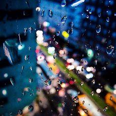 E piove già da un TOT, la pioggia bagna la mia pelle ma mi asciugherò perché so che il tempo è ciclico e so che un po' di tempo è quello che ci vuole mentre un guaglione sta cacciando il male sta aspettando il sole... #NovemberRain #Milano