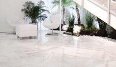 Sala com piso porcelanato Brazil Houses, Sunroom, Future House, Living Room Decor, New Homes, Dining Table, House Design, Flooring, Table Decorations