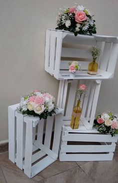 Spectacular DIY decoration with old wooden boxes - How to create .- Spektakuläre DIY-Deko mit alten Holzkisten – Wie man sie kreativ wiederverwendet Spectacular DIY decoration with old wooden boxes – how to use them creatively - Outdoor Wedding Decorations, Table Decorations, Outdoor Weddings, Balloon Decorations, Old Wooden Crates, Wooden Diy, Decoration Evenementielle, Deco Champetre, Wedding Pinterest
