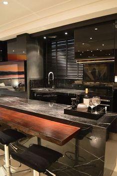 Cozinha preta integrada às salas de estar e jantar - maravilhosa! Confira todos os detalhes!
