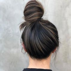That bun life is lookin reallllly nice 😍 . That bun life is lookin reallllly nice 😍 . Brown Hair Shades, Brown Hair With Blonde Highlights, Brown Hair Balayage, Bayalage, Light Brown Hair, Brown Hair Colors, Hair Highlights, Caramel Highlights, Bob Braun