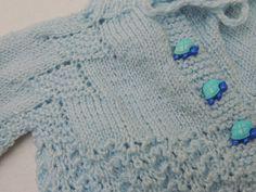 BRISA ATELIÊ: CASAQUINHO PARA BEBÊ EM TRICÔ PALA PINHEIRINHO Knitting For Kids, Baby Knitting, Baby Staff, Baby Pullover, Crochet Bebe, Baby Sweaters, Baby Patterns, Baby Wearing, Mittens