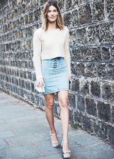 Street style de Hanneli Mustaparta com saia jeans de amarração.
