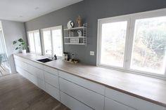 [ R O I H E I M E N ] Koser oss så mye med påskeferie. I kveld har vi hatt middagsgjester og gode samtaler 🖤🌿 _______________________________________________ #kitchen #kitcheninspo #kitchendesign #manobykvik #kvikkjøkken #kvik #kjøkken #kjøkkeninspirasjon #architecture #house #home #homedecor #boligpluss #nordiskehjem #design #designletters #skandinaviskehjem #scandinaviandesign #nordichome #bolig #mittkjøkken #smaatingene #norgesinteriør #inspo #vakreromoginteriør #inspo4all #muuto… Flat Interior, Scandinavian Design, Double Vanity, Kitchen Cabinets, Kitchen Inspiration, House, Decor Ideas, Home Decor, Kitchens