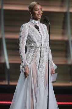 """Beyoncénão apareceu notapete vermelho do Grammy, mas foi direto para o palco da premiação, e surpreendeu à todos pois simplesmente elegeu um vestido de noiva!!! Sim, eu escrevi """"vestido de noiva""""..."""