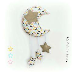 © 2016 -Ko & Co- Le Monde des Bibbous.Lune et ses étoiles à suspendre.Tissu motif triangles multicolores.Original, fait main. : Décoration pour enfants par kore-and-co