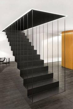 diseo interior aprovechar el espacio bajo las escaleras particolare scala sospesa in metallo verniciato nero stupendo design