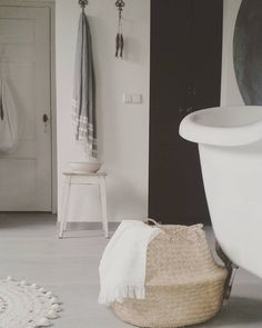 #goedemorgen #goodmorning #bonmatin #badkamer #bathroom #sallesdebain #mand  #basket #maidondumonde #Frankrijk #France #bad #bath #hammamhanddoek #towel #krukje #brocante #Valbonne