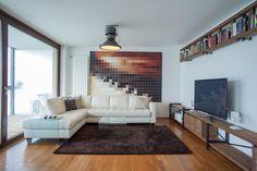 Sala de estar e espaço de entretenimento verticalmente ligados por um chão formado por placas parcialmente envidraçadas. Reconstrução dos Cornlofts Triplex. Projeto: B2 Architecture.